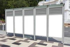 Une ligne des panneaux-réclame blanc Photos stock