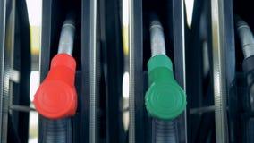 Une ligne des pistolets de gaz inactif Le carburant, essence de station service évalue le concept banque de vidéos