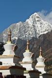 Une ligne des stupas tibétains Image stock