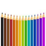 Une ligne incurvée de couleur/de couleur d'arc-en-ciel crayonne sur un fond blanc Photos stock