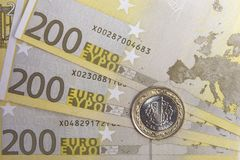Une Lire turque sur d'euro billets de banque Images stock
