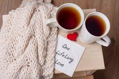 Une longue durée de l'amour est une image symbolique abstraite Couples des tasses photos stock