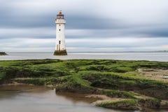 Une longue exposition des nuages lourds comme ils dérivent au-dessus de nouveau Brighton Lighthouse photos stock