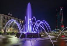 Une longue exposition si la fontaine de quatre saisons à Milan et le géant par nuit photos libres de droits