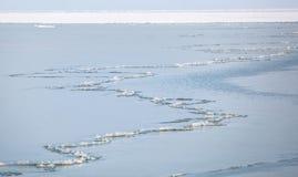 Une longue fente fonctionnant le long de la baie congelée de la mer d'Azov Photo stock