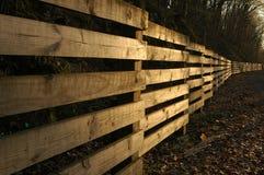 Une longue frontière de sécurité en bois? Photographie stock libre de droits