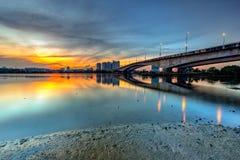 Une longue photo d'exposition de beau coucher du soleil brûlant sous le Br photo stock