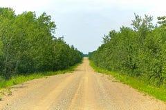 Une longue route droite de gravier pendant l'été image stock