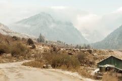 Une longue route droite menant vers une neige a couvert la montagne en hiver Cachemire Inde photographie stock