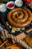 Une longue saucisse de mètre du plat a servi avec des sauces Photographie stock libre de droits