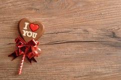 Une lucette de chocolat de forme de coeur avec les mots je t'aime Photos stock