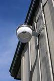 Une lumière de sécurité du côté d'un entrepôt Photographie stock libre de droits