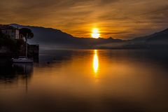 Une lumière merveilleuse sur le lac photo stock