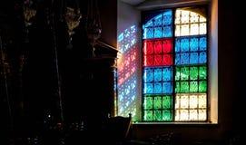 Une lumière passant par une fenêtre colorée photos libres de droits