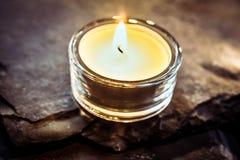 Une lumière romantique de thé sur l'ardoise Images libres de droits