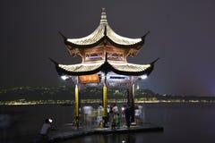 Une lumière vers le haut de pagoda au-dessus de Westlake Image libre de droits
