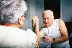 Une lutte de bras plus ancienne de couples Image libre de droits