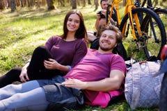 Une mâle et femelle deux détendant en parc Photographie stock