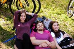 Une mâle et femelle deux détendant en parc Photo libre de droits