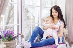 Une mère allaitant son petit bébé dans des ses bras Photos libres de droits