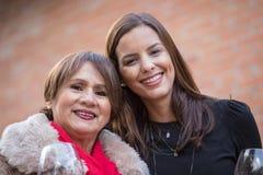 Une mère avec sa fille posant à la maison photos libres de droits