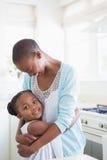Une mère avec son descendant Photos stock