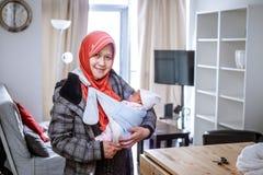 Une mère d'Indonésie avec son bébé nouveau-né Photo stock