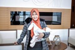 Une mère d'Indonésie avec son bébé nouveau-né Image stock
