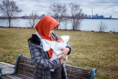 Une mère d'Indonésie avec son bébé nouveau-né Photos libres de droits