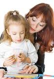 Une mère et un descendant affichant un livre photo stock