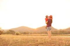 Une mère et un fils jouant dehors au coucher du soleil avec amour Photo libre de droits