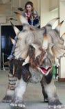 Une mère et un fils montent un Styracosaurus à la planète de T-Rex Photographie stock