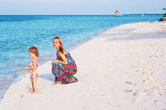 Une mère et une chéri sur la plage Photo stock