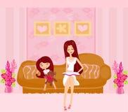 Une mère lisant un livre avec sa fille Image stock