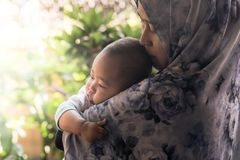 Une mère musulmane tenant sa fille de bébé photos libres de droits