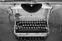 Une machine à écrire antique avec les images noires et blanches photographie stock libre de droits