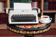 Une machine à écrire et un thé image libre de droits