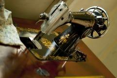 Une machine à coudre antique Image libre de droits