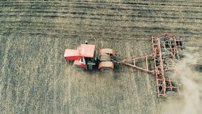 Une machine conduit sur un champ de ferme, vue supérieure clips vidéos