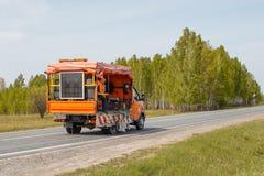 Une machine de rep?rage applique les inscriptions horizontales sur une route avec la peinture image libre de droits