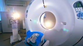 Une machine de tomographie dans un laboratoire vide d'hôpital clips vidéos