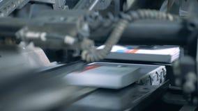 Une machine relève des livres sur un convoyeur de impression, fin banque de vidéos