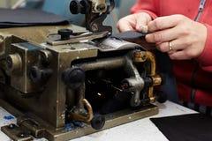 Une machine spéciale pour rendre rude, amincissant, cuir mou, utilisé pour la production des marchandises en cuir photo libre de droits
