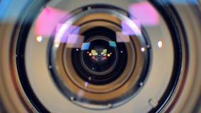Une macro vue sur une lentille fonctionnante de caméra vidéo banque de vidéos