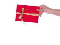 Une main avec une carte de cadeau Images stock