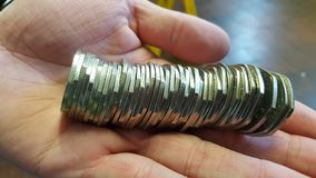 Une main complètement des pièces de monnaie Photo libre de droits
