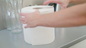 Une main déchirant un morceau de serviette de livre blanc photographie stock libre de droits