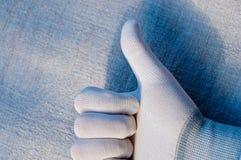 Une main dans un sceau blanc montre une marque de qualité photo libre de droits