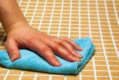 Une main dans un tissu bleu Image stock