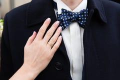 Une main de jeunes mariées sur l'épaule de marié Photographie stock libre de droits